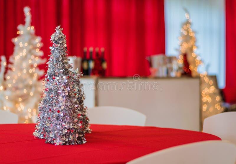 Festa natalícia na decoração temático vermelha e branca, árvore de prata do ouropel no foco fotos de stock royalty free