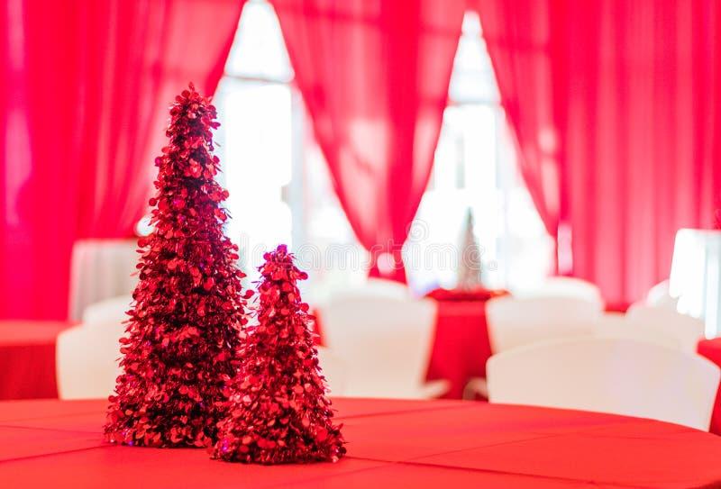 Festa natalícia na decoração temático vermelha e branca, foco seletivo fotos de stock royalty free