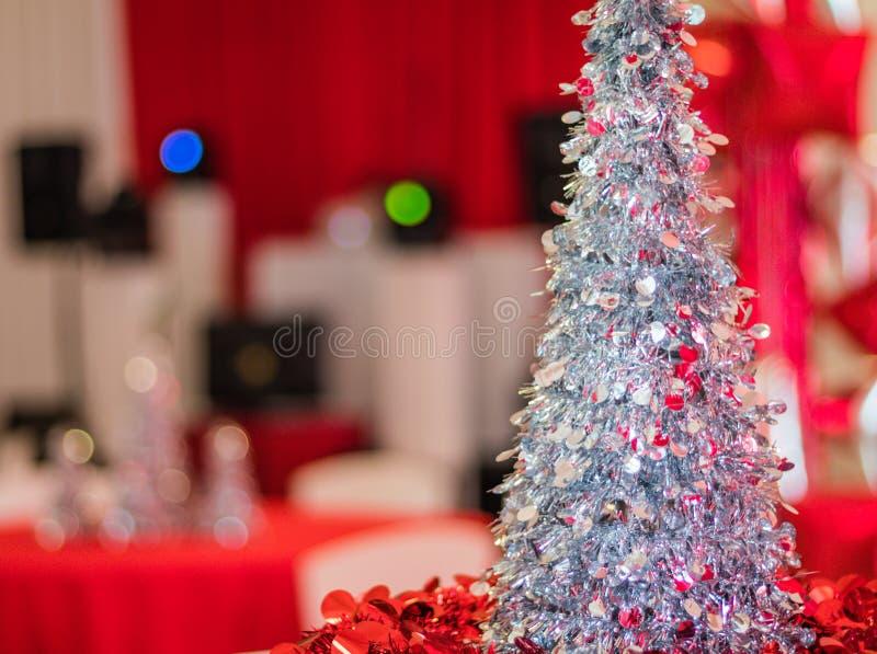 Festa natalícia na decoração temático vermelha e branca e no equipamento no fundo, foco seletivo do DJ, DOF raso fotografia de stock