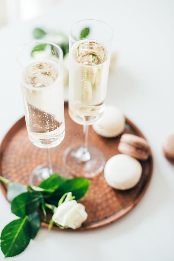 Festa nuziale lussuosa del champagne con le rose bianche e il macaron d fotografia stock