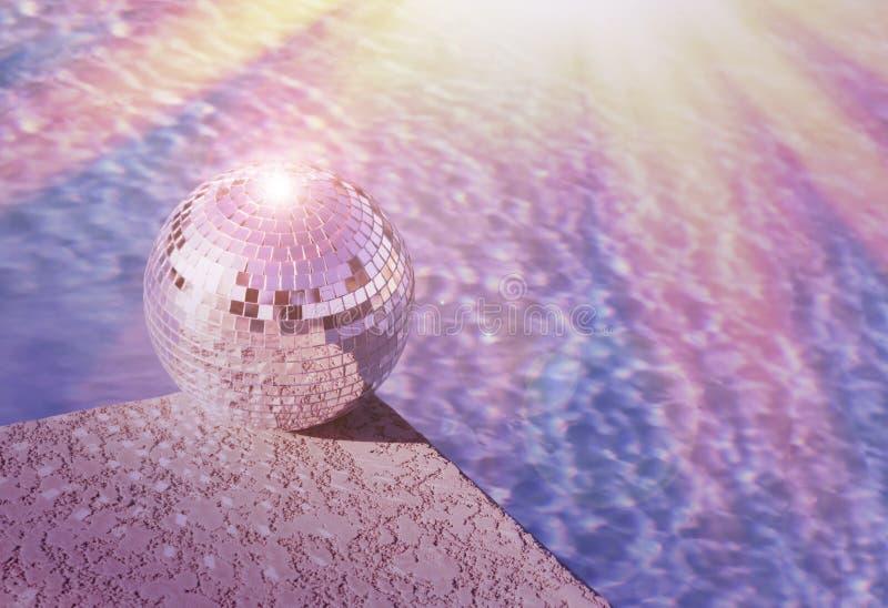 Festa in piscina - concetto dell'aletta di filatoio del club - palla della discoteca immagini stock libere da diritti