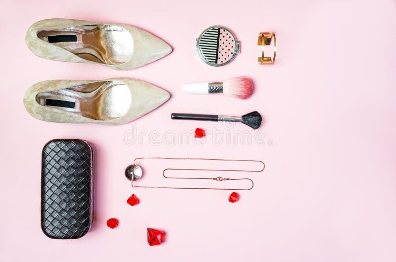 Festar lekmanna- kvinnor för lägenhet för skotillbehör för dräkt guld färgade rosa färger för kosmetiska borstar för makeup för k arkivfoton
