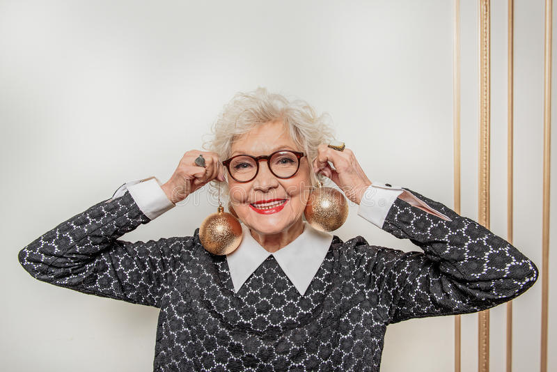 Feste aspettanti della signora anziana allegra con anticipazione fotografie stock