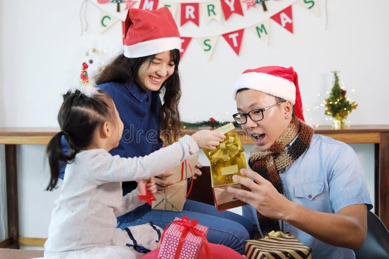 Feste del buon anno e di Buon Natale Regalo di apertura della famiglia fotografia stock