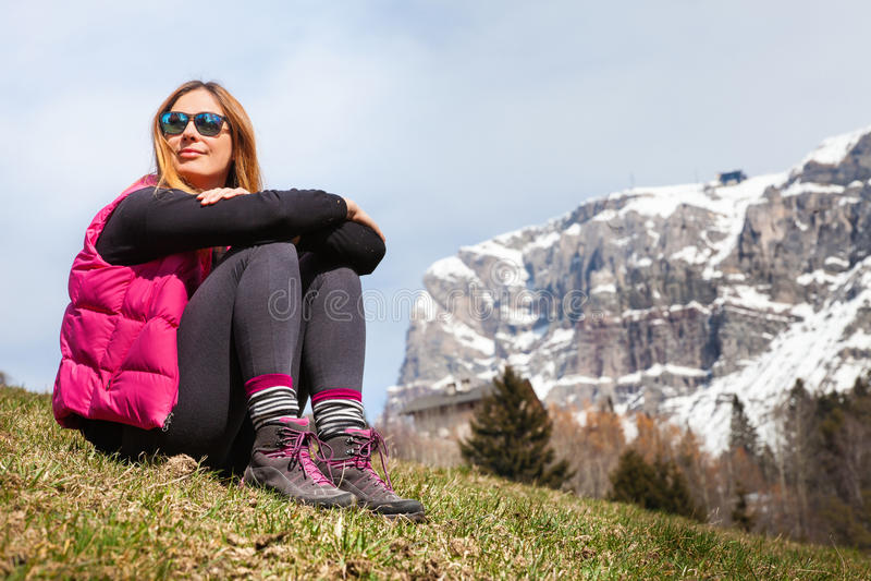 Feste della montagna Escursione Donna e natura immagine stock libera da diritti