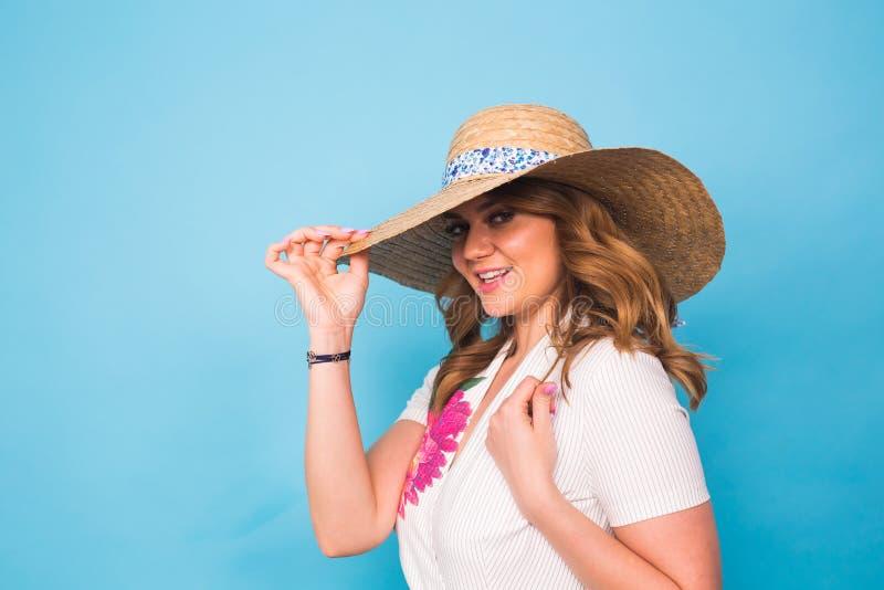 Feste, estate, modo e concetto della gente - ragazza in cappello di paglia dei vestiti alla moda Ritratto della donna affascinant immagine stock