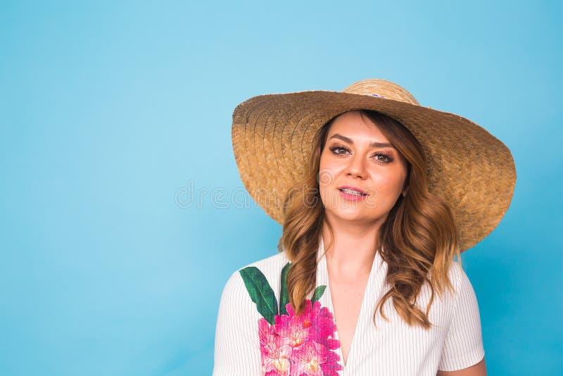 Feste, estate, modo e concetto della gente - ragazza in cappello di paglia dei vestiti alla moda Ritratto della donna affascinant fotografia stock