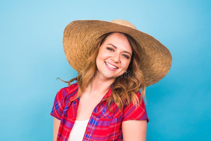 Feste, estate, modo e concetto della gente - ragazza in cappello di paglia dei vestiti alla moda Ritratto della donna affascinant immagine stock libera da diritti
