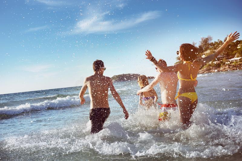 Feste felici della spiaggia del mare degli amici fotografie stock libere da diritti