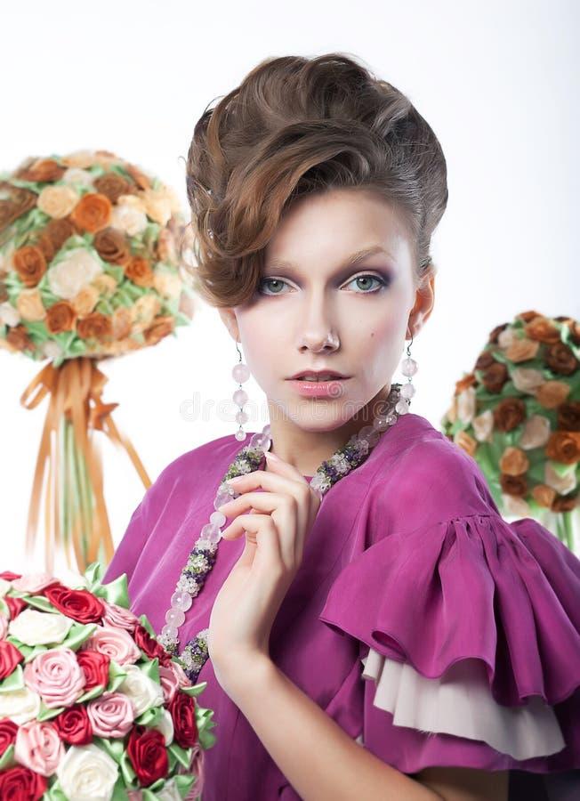 Feste - ragazza di bellezza con i fiori festivi fotografie stock libere da diritti