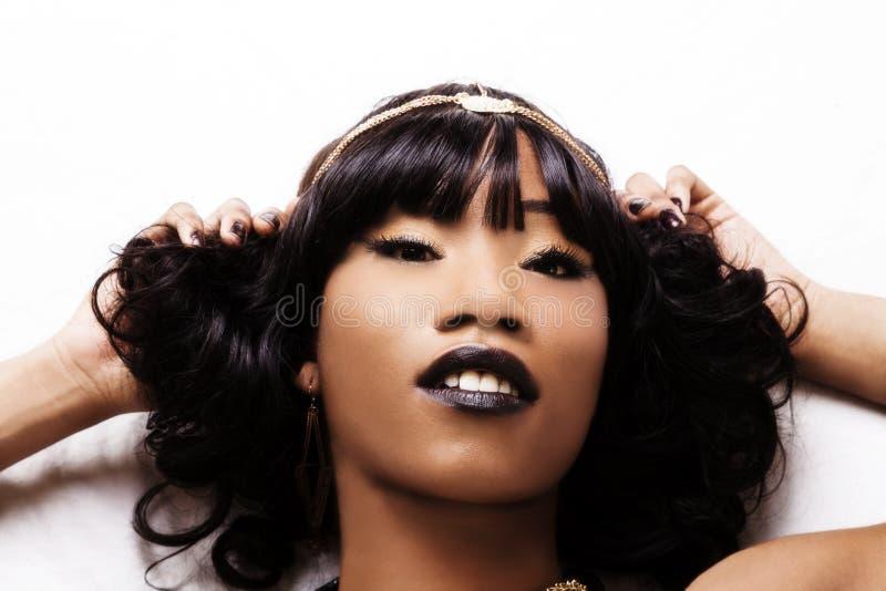 Feste stützende Porträt-attraktive Afroamerikaner-Frau lizenzfreie stockfotografie