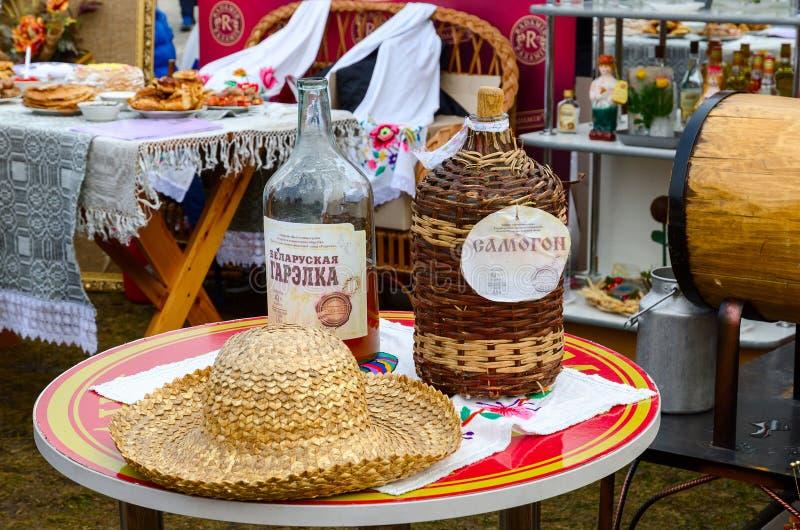 Festeggiamenti di Shrovetide Bottiglie con il chiaro di luna bielorusso fotografia stock libera da diritti