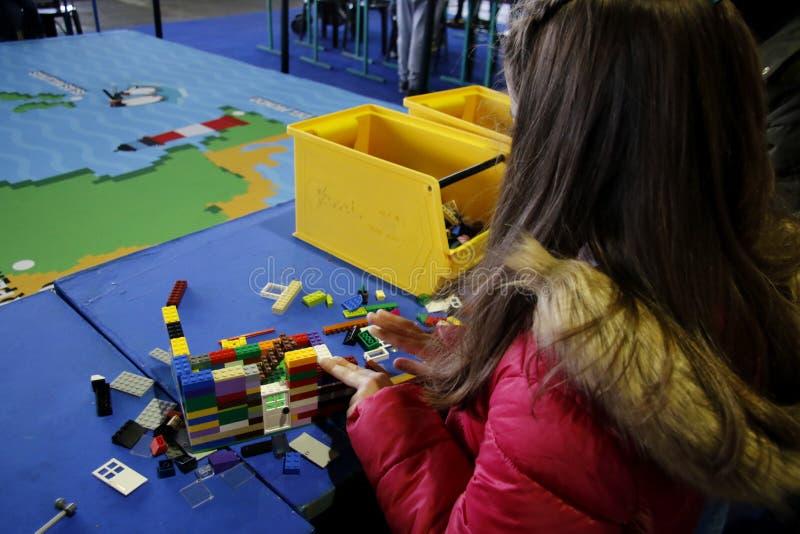Festejo LEGO Fun Fest Bloque Lego Feria Chica construyendo una casa con Lego Diversión con juegos fotos de archivo