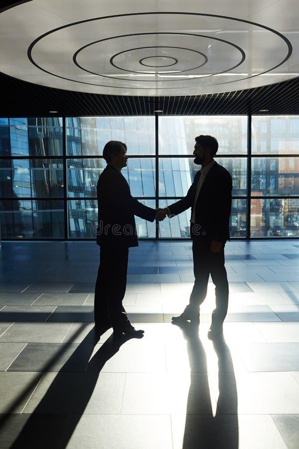 Fester Händedruck von Geschäftsmännern stockfotografie