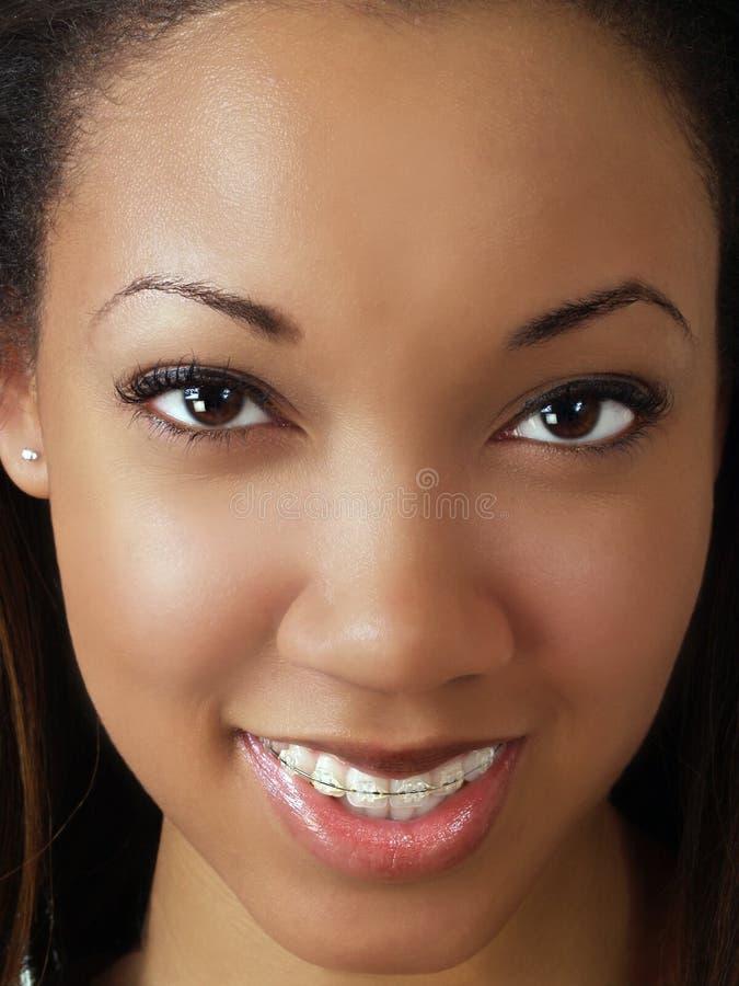 Festes Nahaufnahmeportrait der jungen schwarzen Frau stockfoto