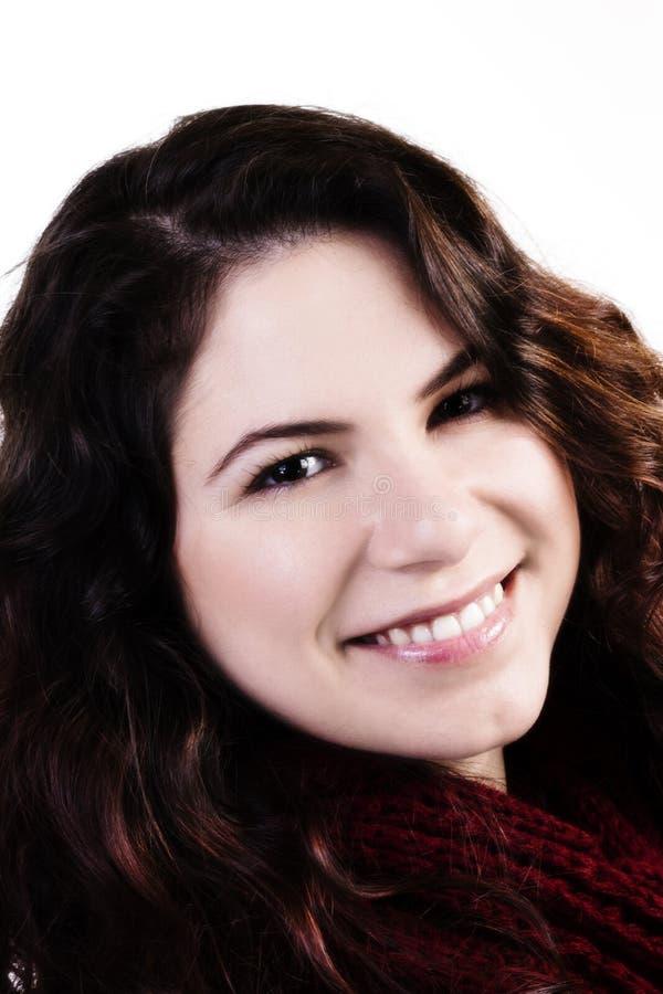 Festes Porträt-lächelnde kaukasische Frau auf weißem Hintergrund lizenzfreie stockbilder