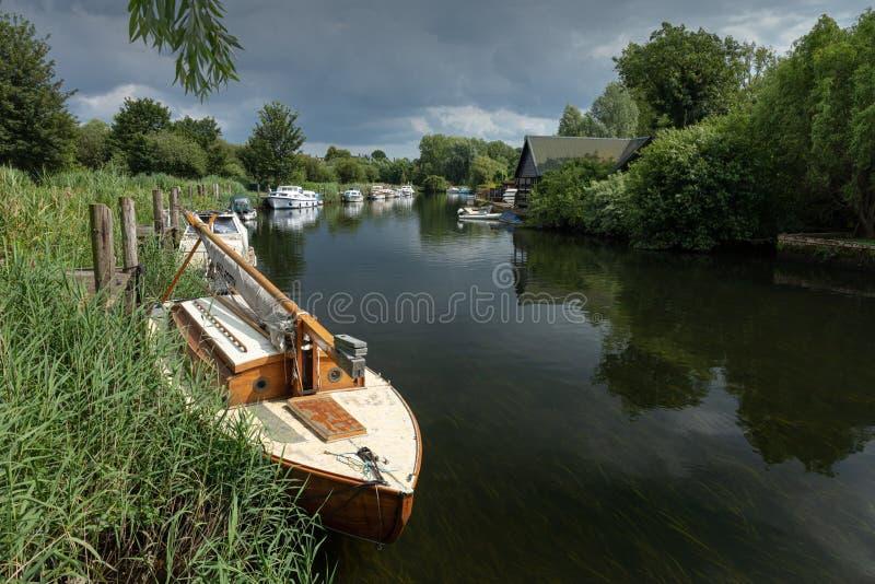 Festgemachte Boote entlang dem Fluss Waveney in Beccles, Suffolk, England stockbild