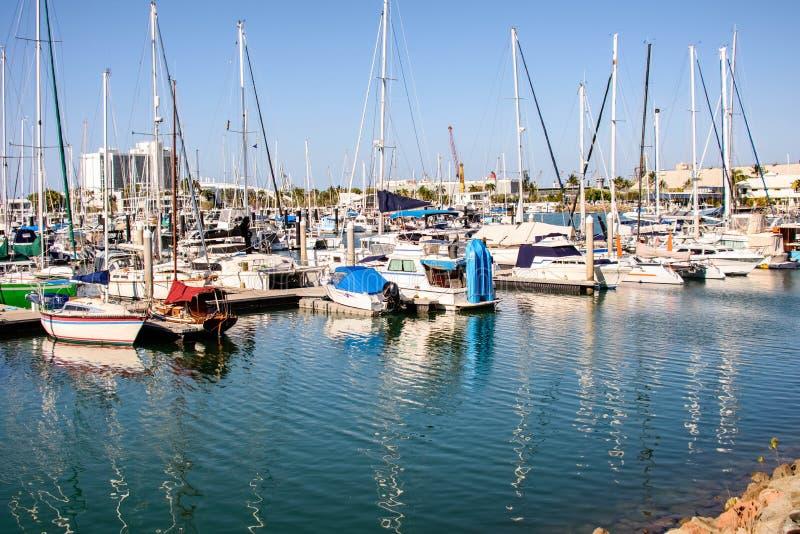Festgemachte Boote, Yachten und Katamaran in Townsville, Queensland, Australien stockbild
