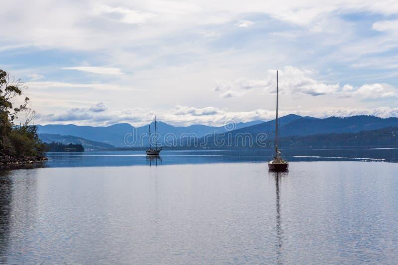 Festgemachte Segelboote auf Huon River, Tasmanien lizenzfreie stockfotografie