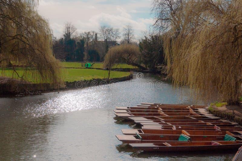 Festgemachte Stocherkähne auf dem Fluss-Nocken lizenzfreies stockbild