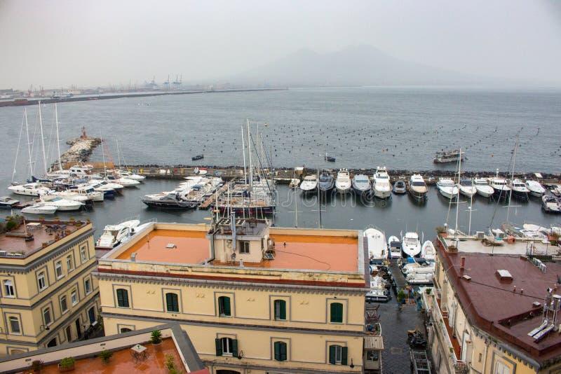 Festgemachte yachtes und Boote im Hafen gegen Vesuv-Vulkanschattenbild Segeln- und Versandkonzept lizenzfreies stockfoto