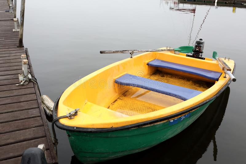 Festgemachtes Motorboot stockfotos