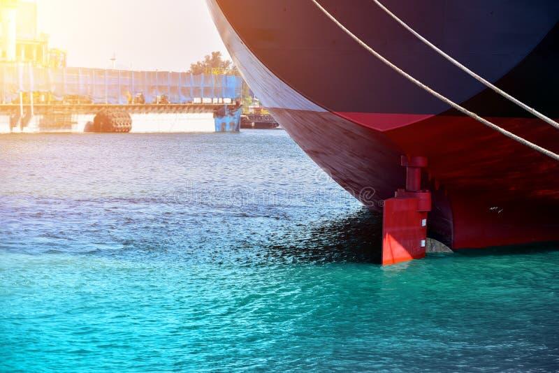 Festgemachtes und strenges Schiff des Schiffes mit Steuerschiff längsseits lizenzfreie stockfotos