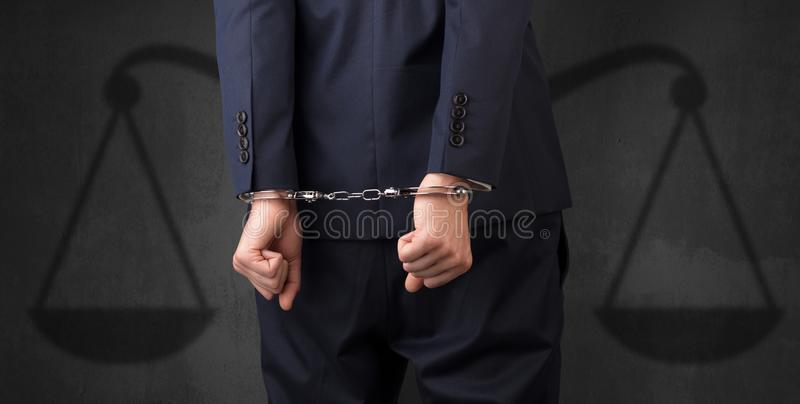 Festgenommener Mann mit Balance auf dem Hintergrund stockfotos