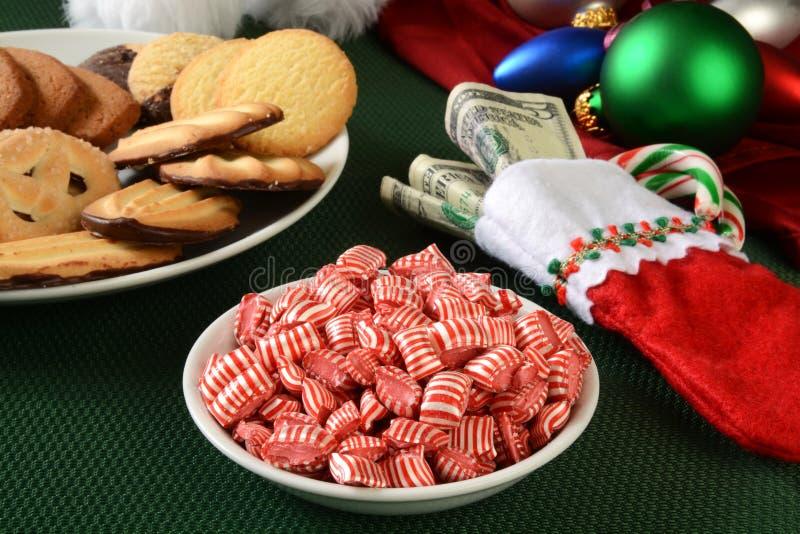 Festins de Noël et un bas complètement d'argent photographie stock libre de droits