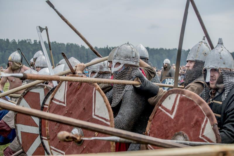 Festival étnico da cultura antiga Reconstrução de guerreiros medievais dos cavaleiros na batalha fotos de stock royalty free