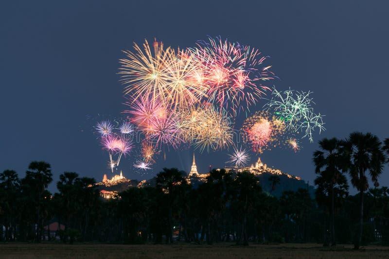 Festival anual do templo de Khao Wang com os fogos de artifício coloridos no monte na noite fotografia de stock royalty free