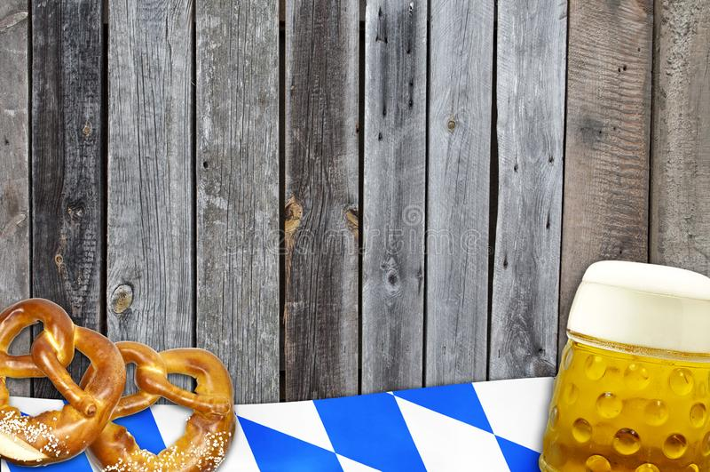 Festival bávaro alemán tradicional Oktoberfest con el corazón de los pretzeles, de la cerveza y del pan de jengibre fotos de archivo libres de regalías