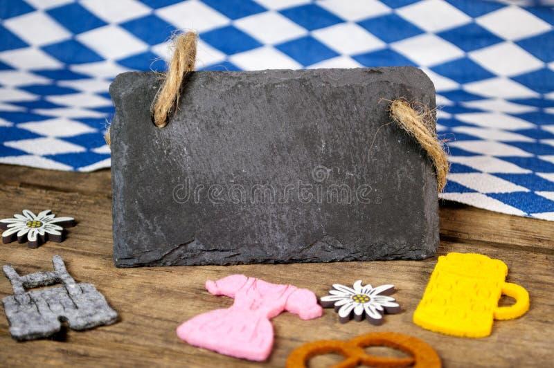 Festival bávaro alemão tradicional Oktoberfest com coração dos pretzeis, da cerveja e do pão-de-espécie foto de stock royalty free