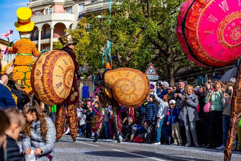 Festival 2019, calle Carnaval, tema fantástico de los mundos, retrato del limón de Menton del artista fotografía de archivo