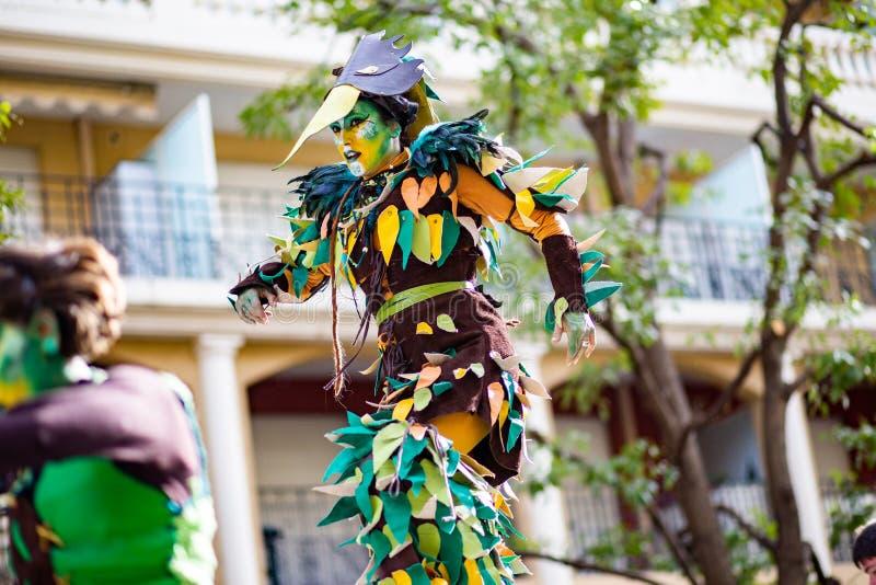 Festival 2019, calle Carnaval, tema fantástico de los mundos, retrato del limón de Menton del artista fotos de archivo