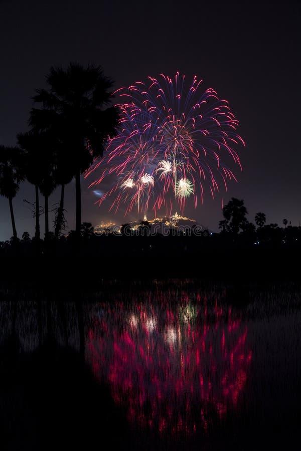 Festival colorido bonito do fogo de artifício no céu noturno em Phra Nakhon fotografia de stock royalty free