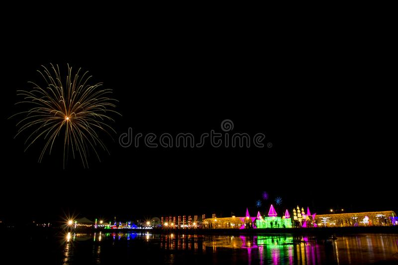 Festival colorido del fuego artificial en la SAL del MAR fotografía de archivo