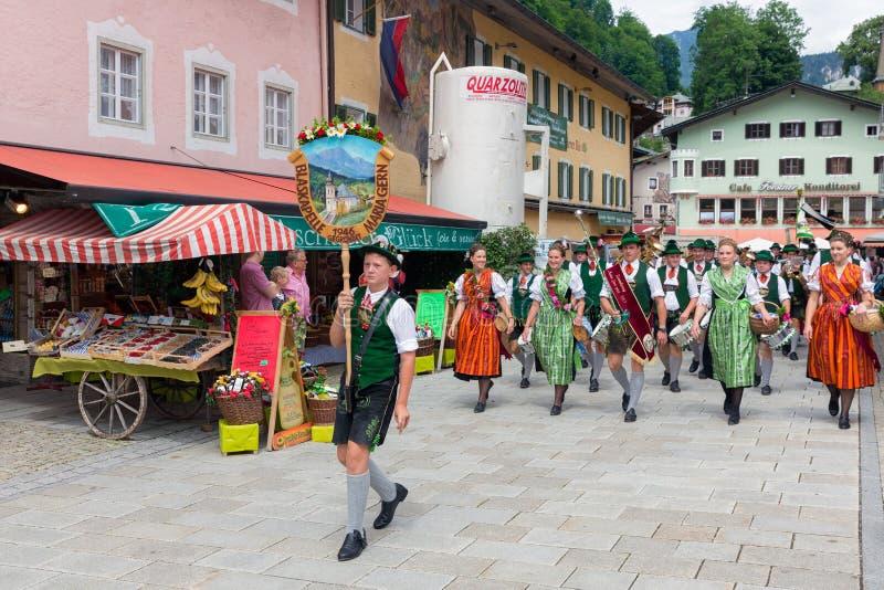 Festival com parada da fanfarra e dos povos em trajes do traditonal fotografia de stock