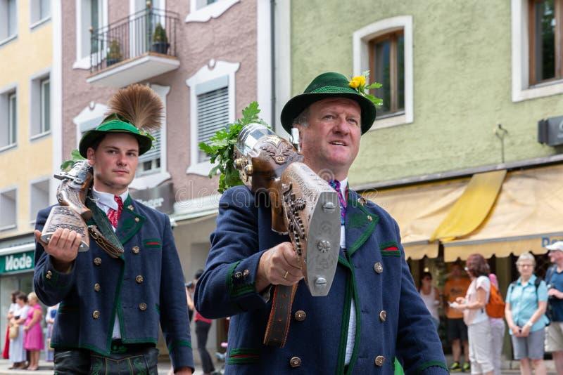 Festival com parada da fanfarra e dos povos em trajes do traditonal fotos de stock royalty free