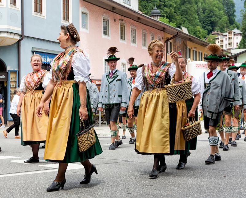 Festival com parada da fanfarra e dos povos em trajes do traditonal imagens de stock royalty free