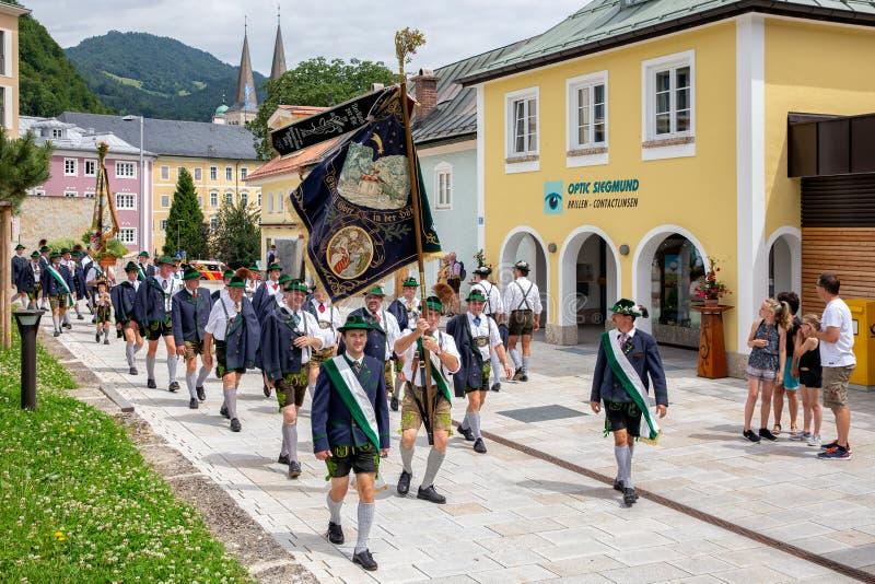 Festival com parada da fanfarra e dos povos em trajes do traditonal imagens de stock