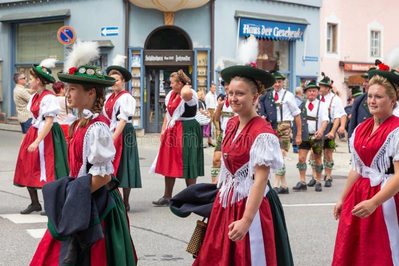 Festival com parada da mulher em trajes do traditonal imagem de stock royalty free