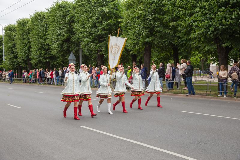 Festival corale, cantanti alla via, costume nazionale e cultura fotografie stock