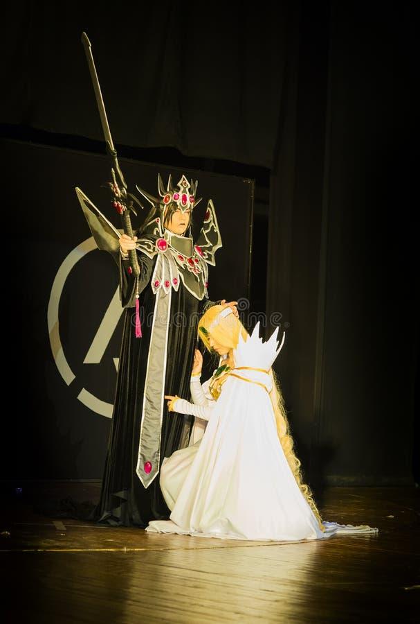 Festival cosplay dos participantes a executar na fase em cos típico fotografia de stock
