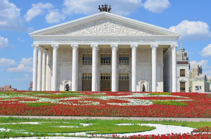 Festival dagen staden av den Astana, opera- och balettteatern fotografering för bildbyråer