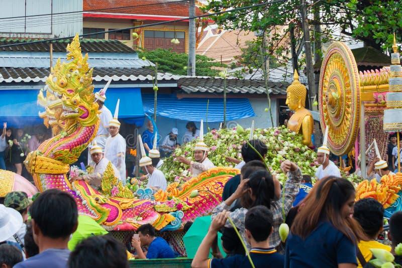 Festival de Boat Parade Lotus Receiving o fim da tradição Budista do Dia da Quaresma o templo Wat Bangplee yai nai foto de stock royalty free