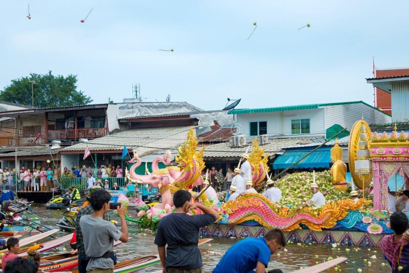 Festival de Boat Parade Lotus Receiving o fim da tradição Budista do Dia da Quaresma o templo Wat Bangplee yai nai fotografia de stock royalty free