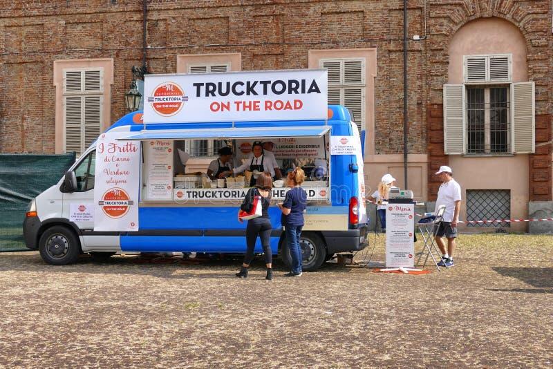 Festival de camion de nourriture, marché dans la place aulique proposant la diverse nourriture italienne photographie stock libre de droits