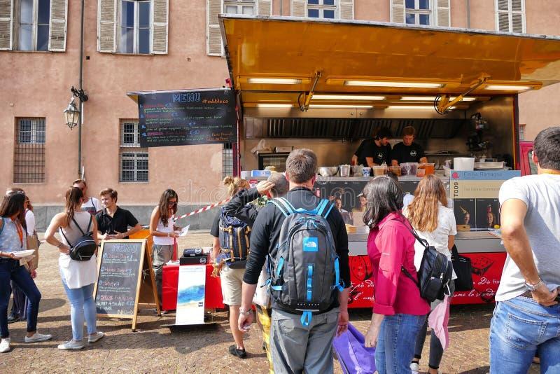 Festival de camion de nourriture, marché dans la place aulique proposant la diverse nourriture italienne images stock