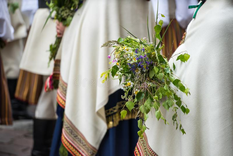 Festival de chanson et de danse en Lettonie Cortège à Riga Éléments des ornements et des fleurs La Lettonie 100 ans images libres de droits